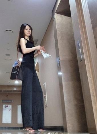 Hong Seong-heun wife of a beggar criticized for drinking at a hotel