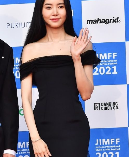 Hwang Seung-eon's red carpet look full of suction